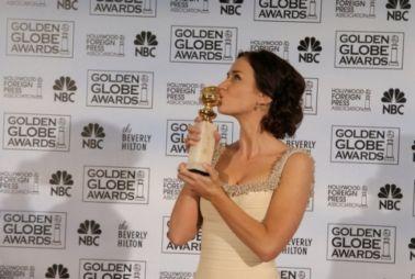 Emily Blunt apaixonada pelo seu troféu